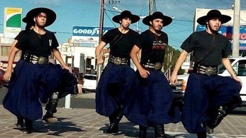 Los integrantes del grupo de malambo Facón Grande realizaron una exhibición en la plazoleta del Gorosito.