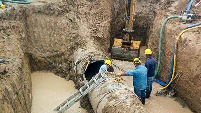 La reparación en la zona de Cerro Negro de una de las sucesivas averías que afectaron al sistema de acueductos durante la última semana.