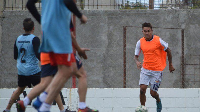 Agustín Farcy durante un entrenamiento con el equipo de Unión San Martín Azcuénaga que se prepara para afrontar el torneo Federal C.