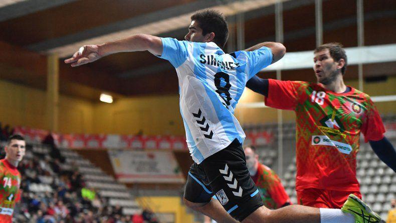 Pablo Simonet anota un gol en el partido que Argentina perdió ante Bielorrusia por el torneo Domingo Bárcenas.