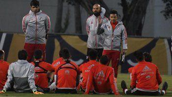 El entrenador Marcelo Gallardo dialoga con sus jugadores durante un descanso en Miami.