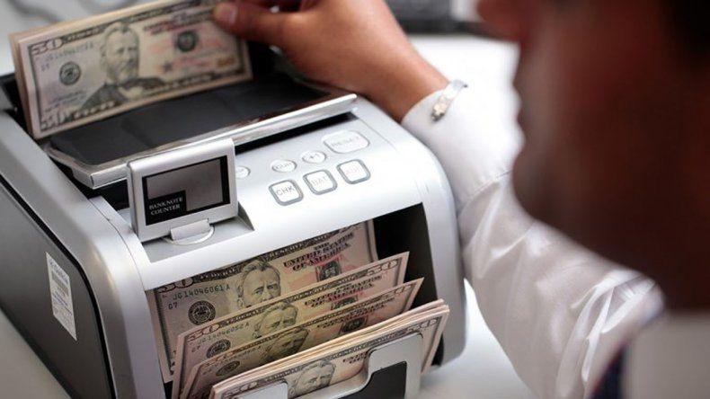 Sin intervención del BCRA, el dólar cae a $ 24,48