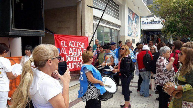 La manifestación que se realizó ayer al mediodía frente al edificio del Concejo Deliberante.