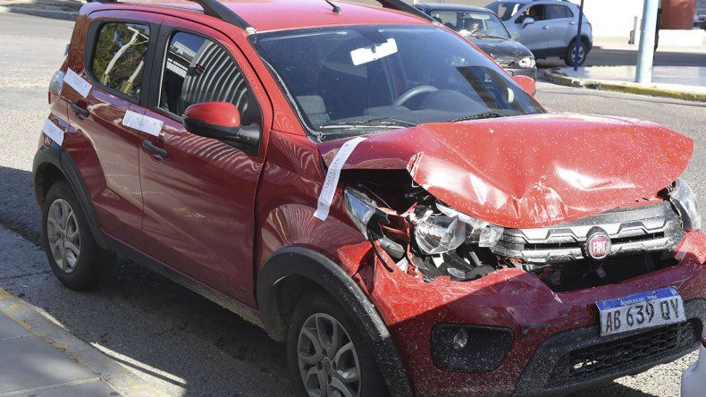 El Fiat Mobi fue robado y chocado.