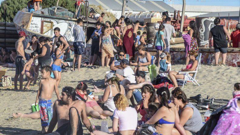 La gente disfruta de los días de calor en las playas de Comodoro