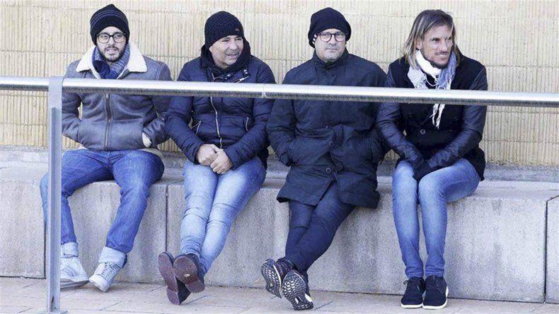 El director técnico Jorge Sampaoli junto a los integrantes de su cuerpo técnico observando a Lionel Messi durante el entrenamiento de ayer del Barcelona de España.