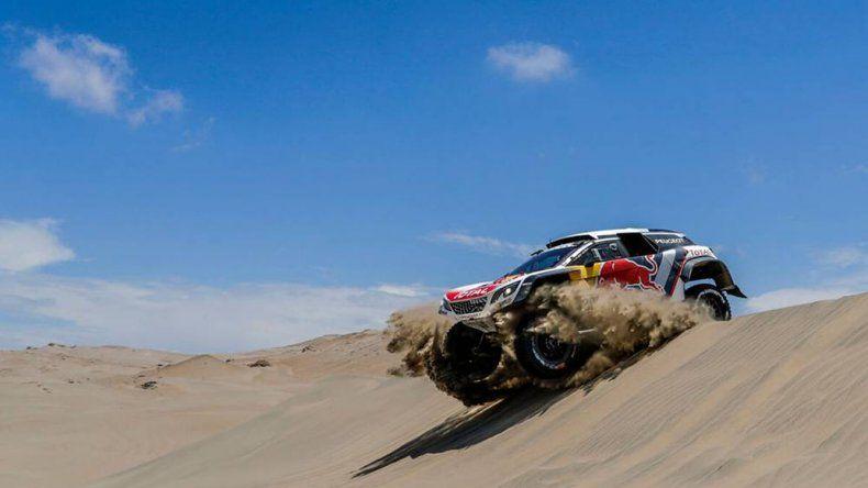 El Peugeot del francés Sebatien Loeb que se impuso ayer durante el recorrido de la cuarta etapa del Rally Dakar.