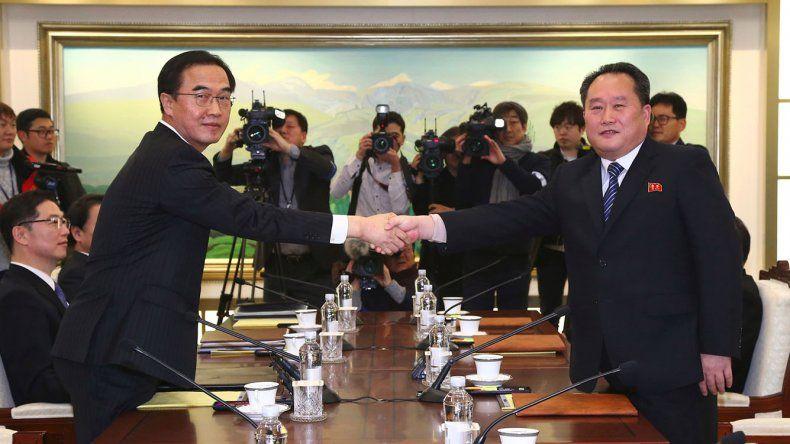 El saludo del norcoreano Ri Son-gwon y su interlocutor por el sur Cho Myoung-gyon.