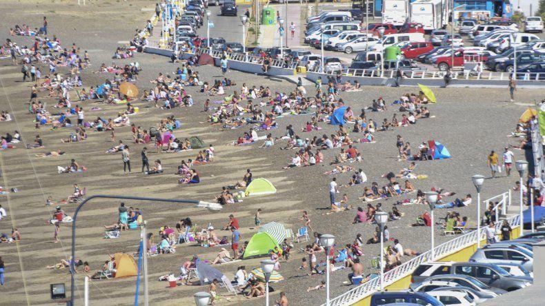 La gente se volcó a las playas para encontrar un refugio al calor como sucedió en Km 3.