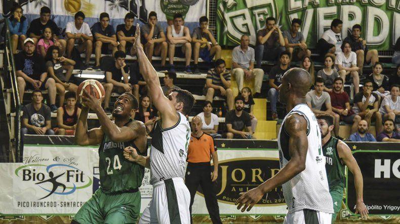 Jarrid Famous en la pintura ante la marca de Ignacio Alessio en el partido jugado anoche en el Socios Fundadores.