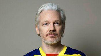 ecuador nacionalizo  a julian assange