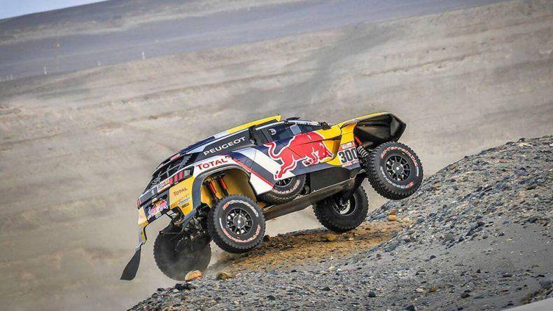 El Peugeot del francés Stephane Peterhansel durante un tramo de la quinta etapa del Rally Dakar.
