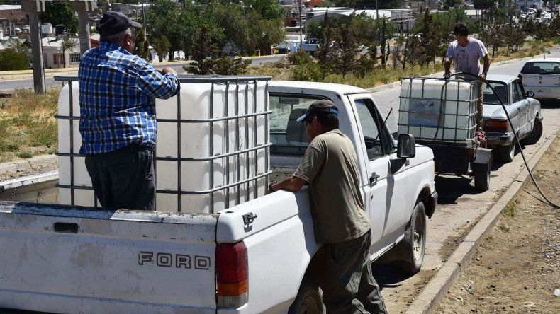 Ayer hubo una gran afluencia de vecinos al cargadero de agua de SPSE habilitado para particulares en el barrio 3 de Febrero.