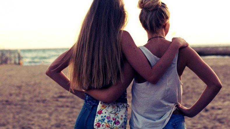 Echaron a dos chicas de una pileta por demostrarse afecto