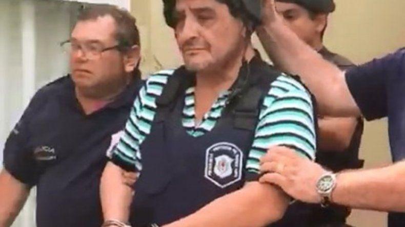 El momento en que trasladan detenido a Humberto Monteros.