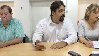 La conferencia de prensa que ayer brindó la comisión de receso, encabezada por el concejal Guillermo Almirón.
