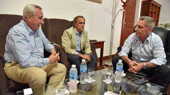 El gobernador Mariano Arcioni en una reunión que mantuvo ayer con directivos de Andes Líneas Aéreas.