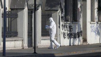 En el santuario Cristo Pobre, en la comuna santiaguina de Quinta Normal, pintaron sobre las paredes: por el papa 10 mil millones y los pobres nos morimos en las poblaciones.