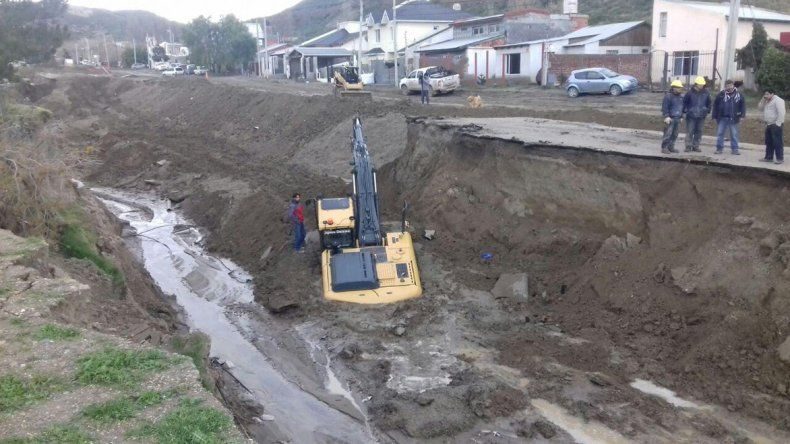 Las profundas grietas que dejó sobre la avenida Beltrán el temporal de fines de marzo y comienzos de abril.