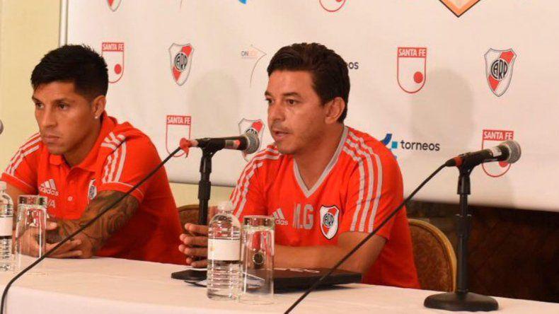 Enzo Pérez y el entrenador de River Marcelo Gallardo durante la conferencia de prensa que brindaron ayer a la mañana en Miami