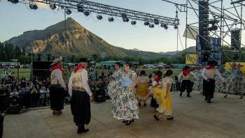 el folclore corono la primer velada de la 32° fiesta nacional de la fruta fina