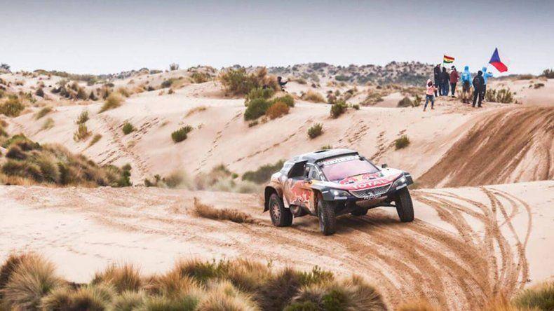 El Peugeot del español Carlos Sainz que ayer se quedó con la séptima etapa del Rally Dakar y ahora lidera en la clasificación general.