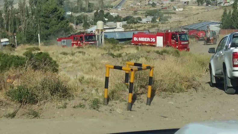 Cuatro dotaciones de bomberos actuaron ayer para apagar dos incendios en inmediaciones del barrio Laprida.