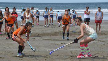 Por 10° año consecutivo, el hóckey se vuelve a instalar en la arena de la villa balnearia.