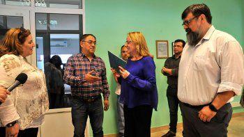 Durante su visita a la cementera de Pico Truncado, Alicia Kirchner entregó al intendente Omar Fernández la documentación que avala el pago de dos millones de pesos para obras de pavimentación urbana.