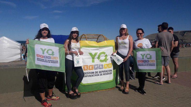 Promotoras entregaron este fin de semana bolsas biodegradables para los visitantes de la playa de Rada Tilly.