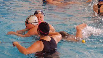Las actividades se desarrollan en el natatorio de la Comisión de Actividades Infantiles.