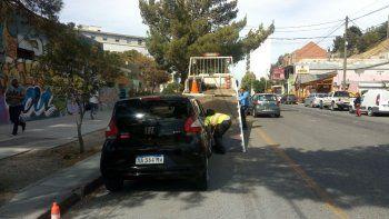 No aprenden más: siguen levantando autos en la entrada de ambulancias