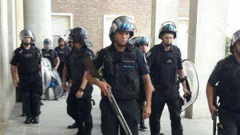 Anunciaron 120 despidos en el Hospital Posadas con fuerte presencia policial