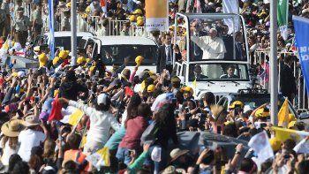 Francisco en su llegada al Parque OHiggins donde celebró una misa ante 400 mil personas.