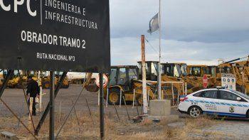 El parque vial inactivo de CPC se encuentra custodiado por la policía en el obrador de la Ruta 3, a unos 15 kilómetros al norte de Caleta Olivia.