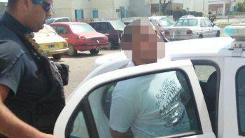 Angel Barría fue detenido ayer por el personal de Drogas cuando salía del edificio 83 en compañía de su madre.