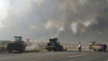 cortan la ruta 3 en puerto madryn por un gran incendio de pastizales