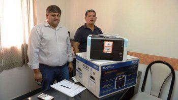 El subsecretario municipal de Seguridad, Héctor Quisle, entregó ayer una impresora a la Seccional Sexta en busca de solucionar parte de los problemas administrativos de esa comisaría.