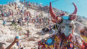 En el norte, Tilcara y Humahuaca: Uno de los destinos más emblemáticos a la hora de disfrutar del carnaval. Por la corta distancia entre ellos, vale la pena visitar los dos. El llamado desentierro del diablo (un muñeco que representa este festejo) inaugura la celebración en Humahuaca en medio de un espíritu sumamente festivo. A pesar del calor, la fiesta se siente con fuerza.