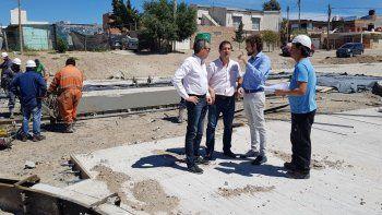 Funcionarios municipales supervisaron ayer la obra de la avenida Gatica.