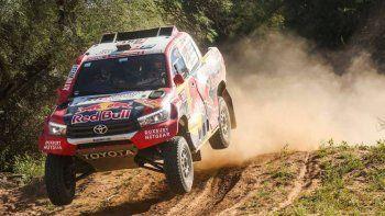 La camioneta Toyota del qatarí Nasser Al Attiyah que se impuso ayer en la penúltima etapa del Rally Dakar.