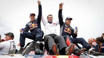 El español Carlos Sainz –derecha- festeja junto a su copiloto Lucas Cruz y Bruno Famin, el director de Peugeot Sport.