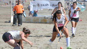 Con buena intensidad de juego se concretó la primera jornada de la X del Torneo Playas Hóckey.