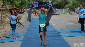 La comodorense Moira Miranda es una de las habituales triatletas que participa en las pruebas combinadas.