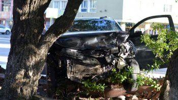 un auto se incrusto contra la gobernacion de santa cruz