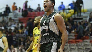 El pivote Ignacio Alessio festeja una anotación en el partido que Ferro le ganó la noche del sábado a Capitanes de Arecibo.