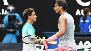 Diego Schwartzman se saluda con Rafael Nadal tras quedar eliminado del Abierto de Australia.