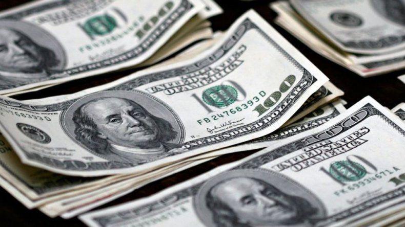 El dólar cae dos centavos a $ 25,56 y corta racha de siete subas en fila
