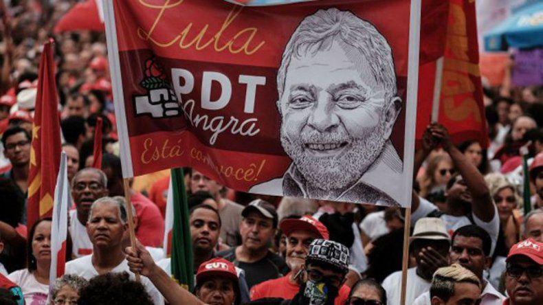 Miles de personas le manifestaron ayer su apoyo a Lula en un fallo que su partido considera como una farsa judicial.