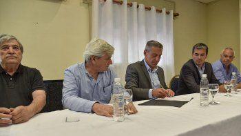El gobernador Mariano Arcioni al firmar ayer con autoridades de CAPSA la prórroga por seis meses de la reactivación del yacimiento Bella Vista Oeste.